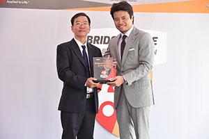 Ông Hiroyuki Saito – TGĐ. Bridgestone Việt Nam trao giấy chứng nhận Trung tâm Dịch vụ Lốp xe Du lịch Cao cấp cho ông Nguyễn Bảo Phong – TGĐ. B-Select Yến Phong