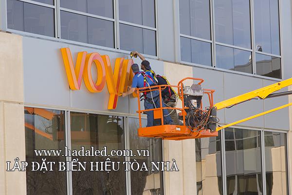 lắp đặt biển hiệu tòa nhà