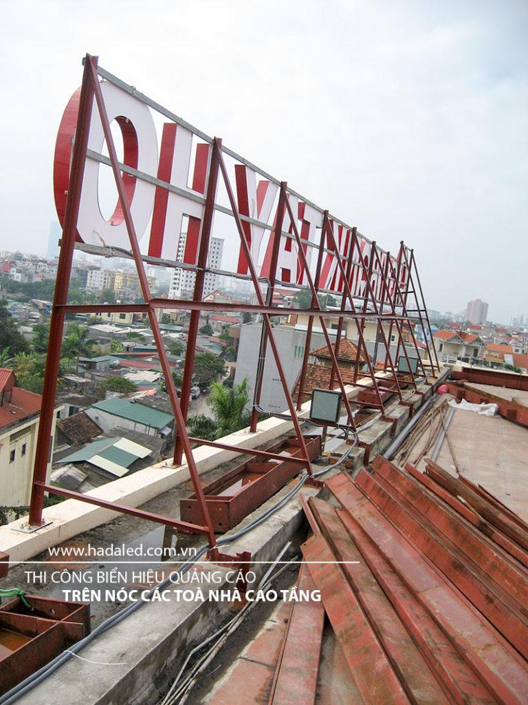 Biển hiệu trên nóc toà nhà