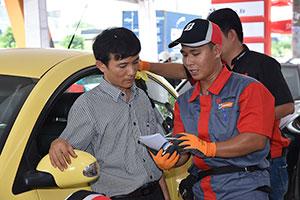 Nhân viên kỹ thuật của Bridgestone đang tư vấn cho khách hàng tham gia chương trình