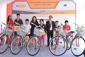 Toàn bộ tiền vé thu được tư chương trình Bridgestone Lăn bánh An toàn dành vào quỹ từ thiện tặng 10 xe đạp đến các em có hoàn cảnh khó khăn trong khu vực