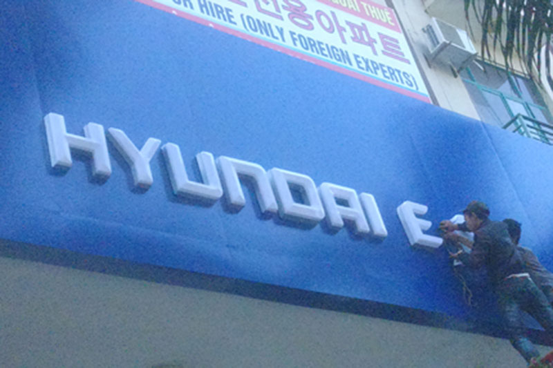 Logo Hyundai mạ chrome xuyên sáng