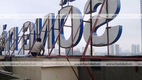 lắp đặt bộ chữ trên nóc tòa nhà cao tầng