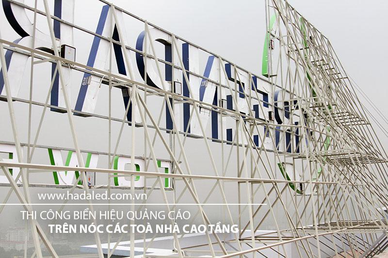 Bộ chữ gắn trên nóc tòa nhà