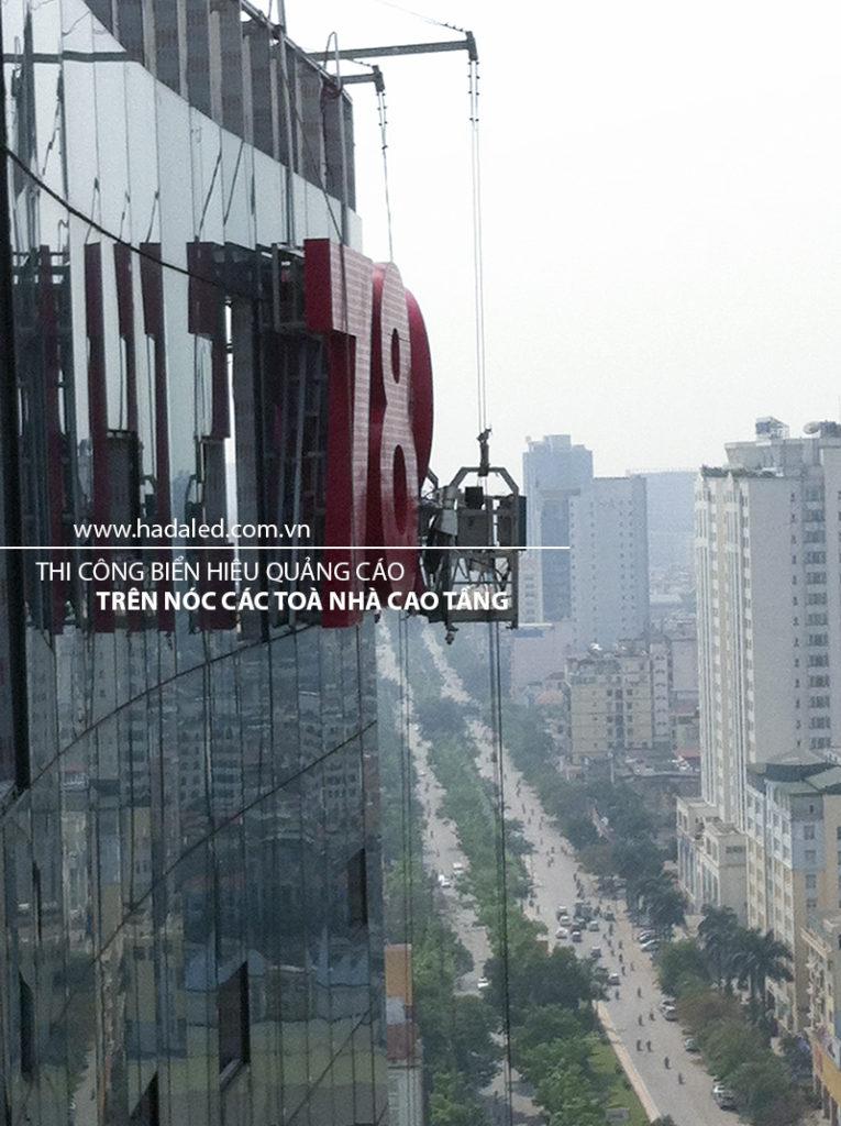 Biển quảng cáo trên nóc toà nhà cao tầng
